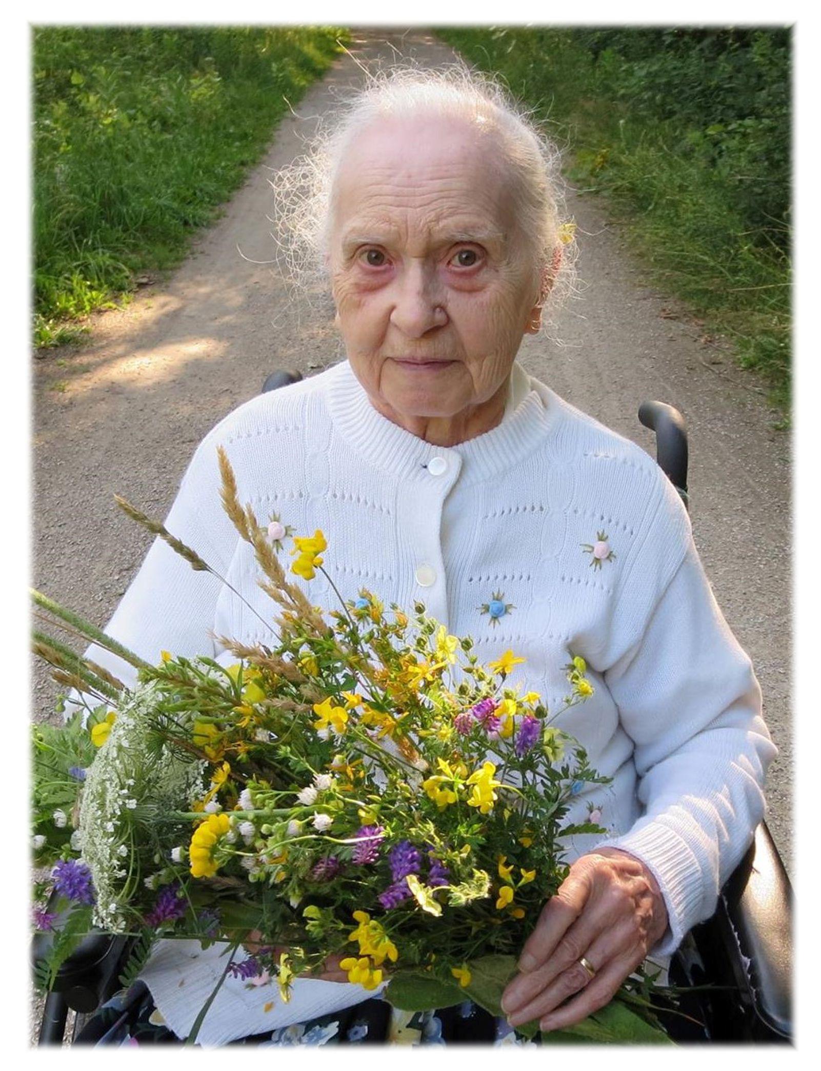 Gladys (Kelley) Lewis
